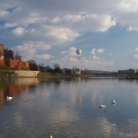 Wisla, v pozadí hradby Wawelu