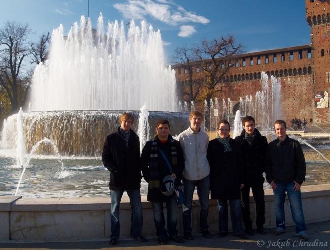 Castello Sforzesco a naše parta - z leva : Tom, Lukáš, Honza, Petr, Theoš, Ivo