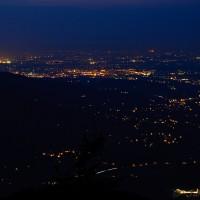 Stmívá se čím dál více, vlevo je vidět část Ostravy, přímo pod námi Ostravice, Frýdlant. A na obzoru je vidět Havířov