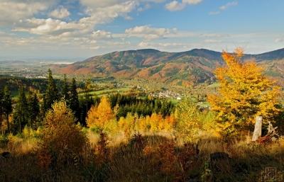Pohled z úbočí Travného do údolí Morávky a na Prašivou, vzadu je Hyundai v Nošovicích