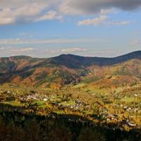 Pohled z úbočí Travného do údolí Morávky a na Prašivou, Lipí, Ropičku...