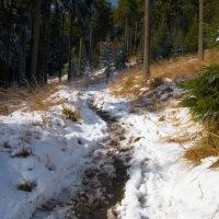 Jak sníh v nižších polohách ustupoval, začínalo bláto...