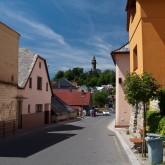 Hlavní ulice Štramberku, v pozadí Trůba